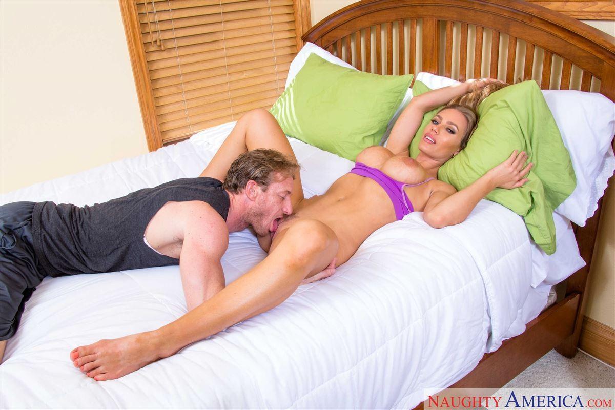 Порно с грудастой Николь Анистон
