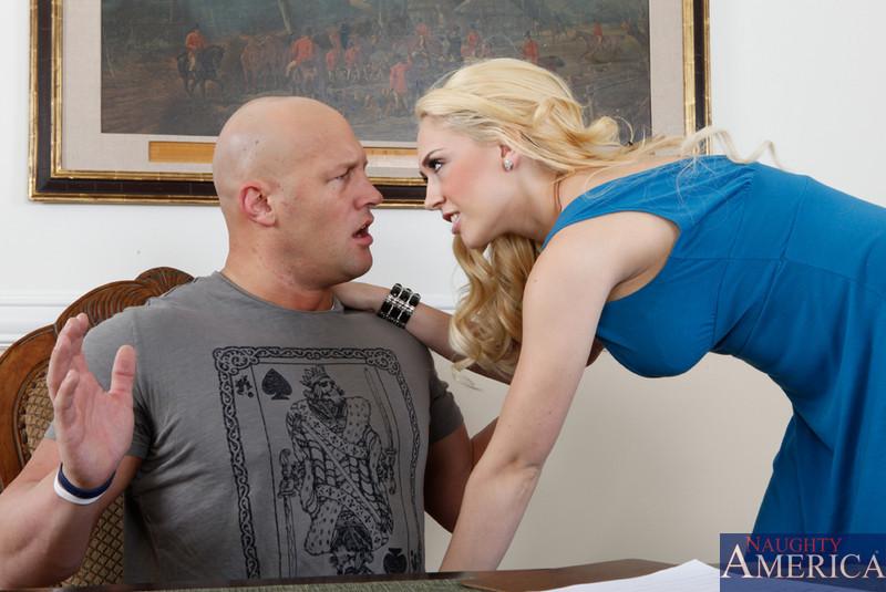 Блондинка с пирсингом на половых губах занимается сексом