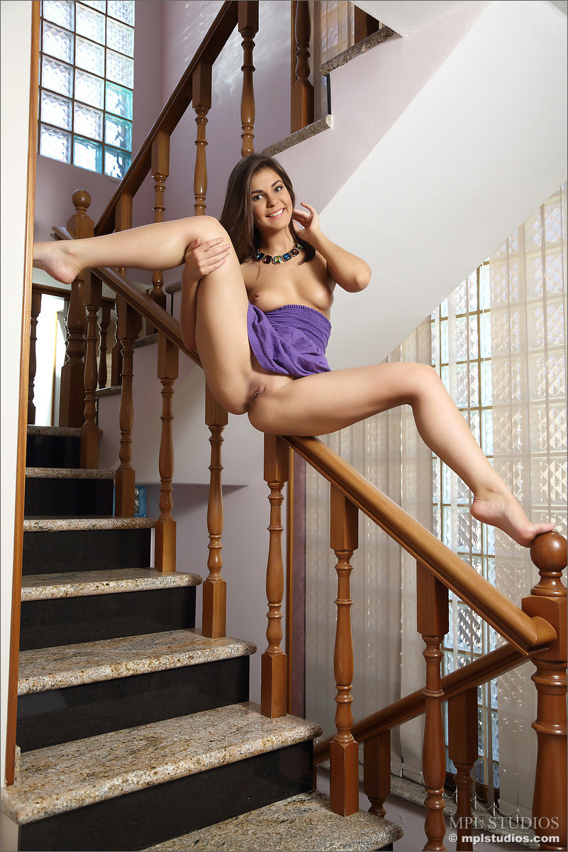 голые девушки поднимающиеся по лестнице видео мужики, видя