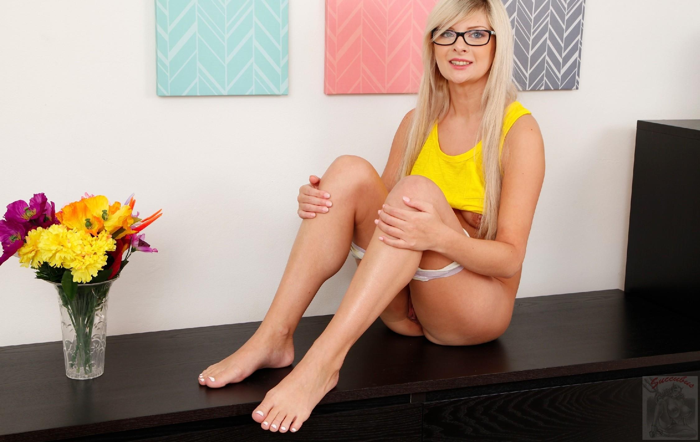 Натуральный бюст этой блондинки очень соблазнителен - она так и манит своей красотой