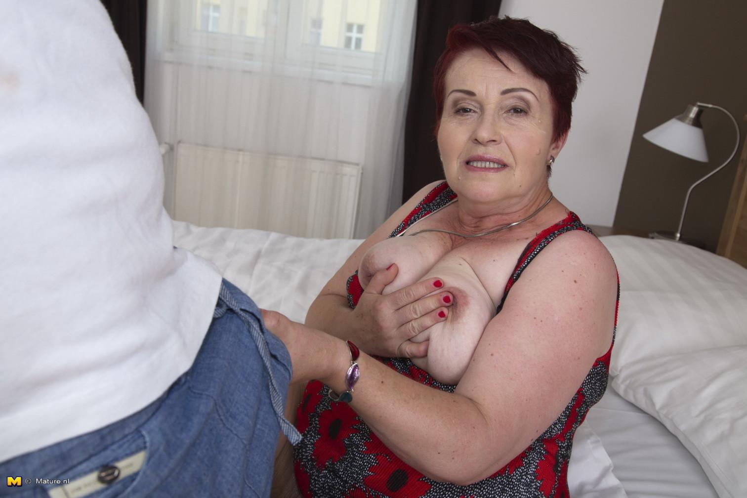 Мужчине нравятся пожилые женщины с их растянутыми вагинами и особенным запахом, который они источают