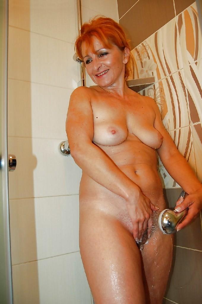 Зрелая женщина без стеснения раздевается и показывает свое тело, за которым она любит ухаживать