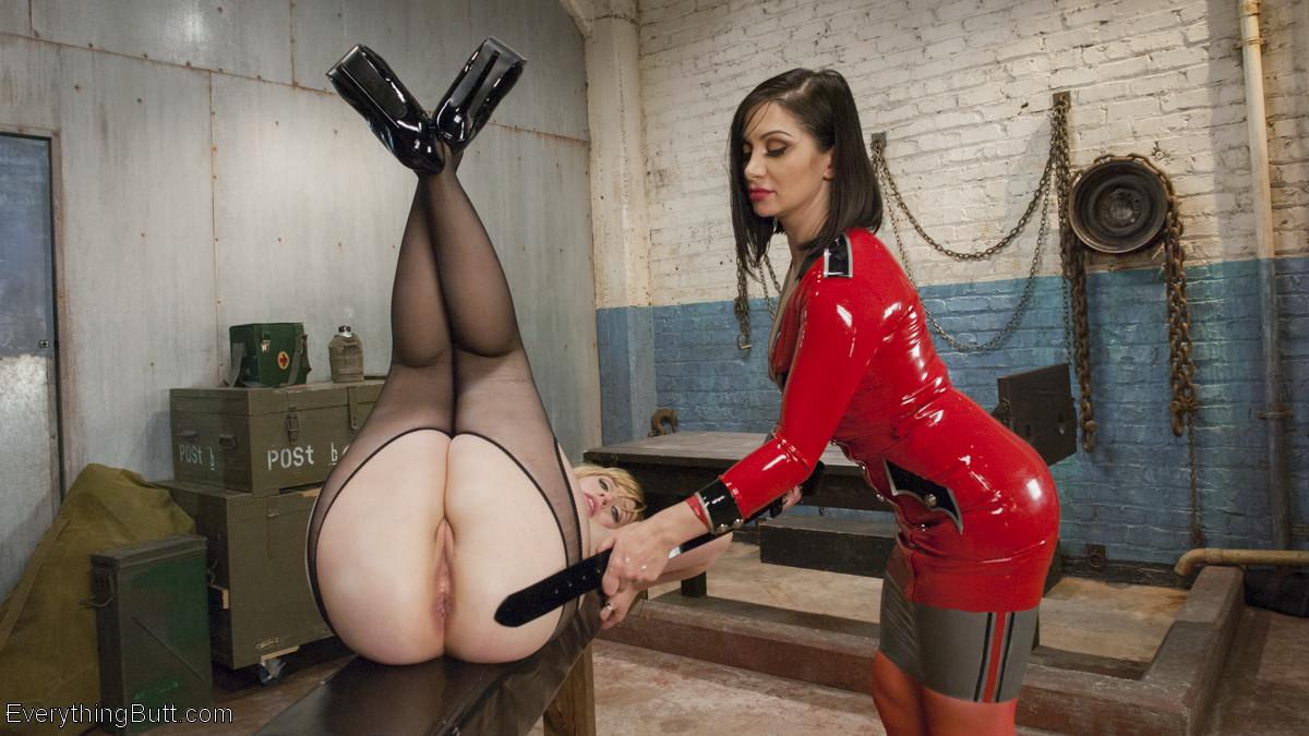 Лесбиянки надевают кожаные корсеты и удовлетворяют себя анальным сексом, они практикуют анальный фистинг
