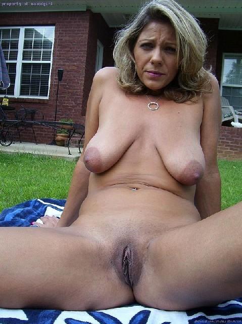 Женщина расслабляется у себя на даче