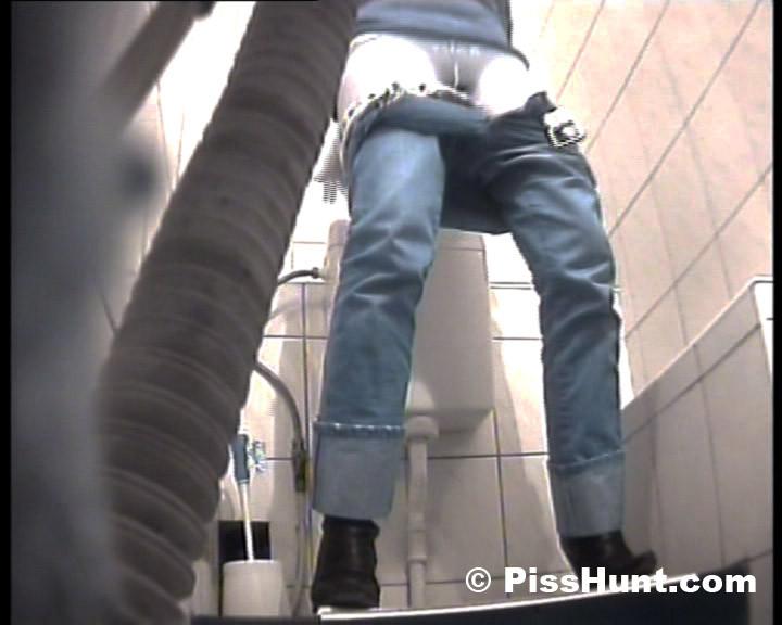 Вуайеристы часто любят подсматривать за телками в туалете, ведь там можно увидеть столько разных кисок!