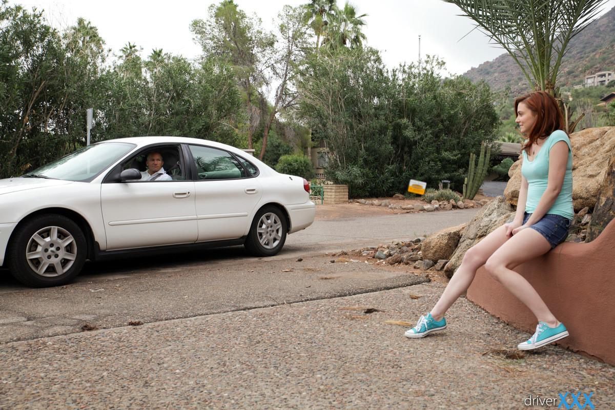 Рыжую красавицу парнишка наказал в машине за её плохое поведение