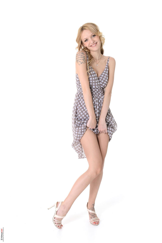 Бэлль Клэр обнажается и восхищает своей красивой фигурой – она по-настоящему идеальна