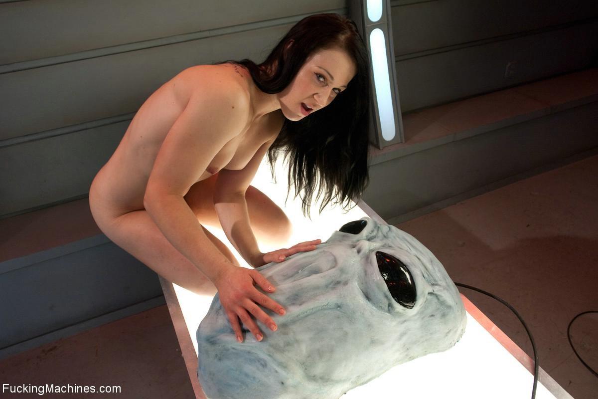 Красивая женщина ласкает свою промежность вибратором, пока муж разъезжает по командировкам