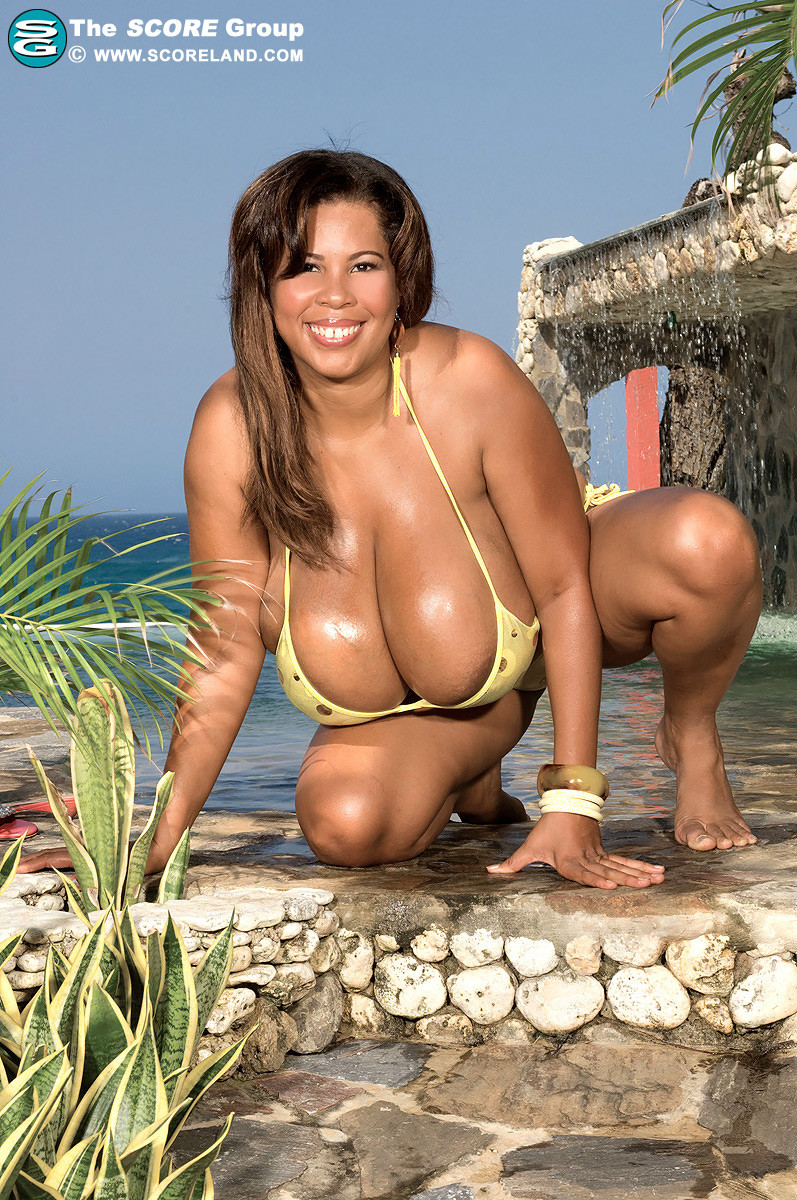 Ванесса Дэль обладает пышной фигурой, но ее грудь особенно поражает сумасшедшим объемом
