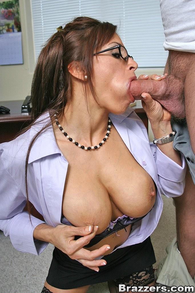 Дэвон Мишель  ебется со своим клиентом на рабочем столе, повизгивая от удовольствия как шлюха