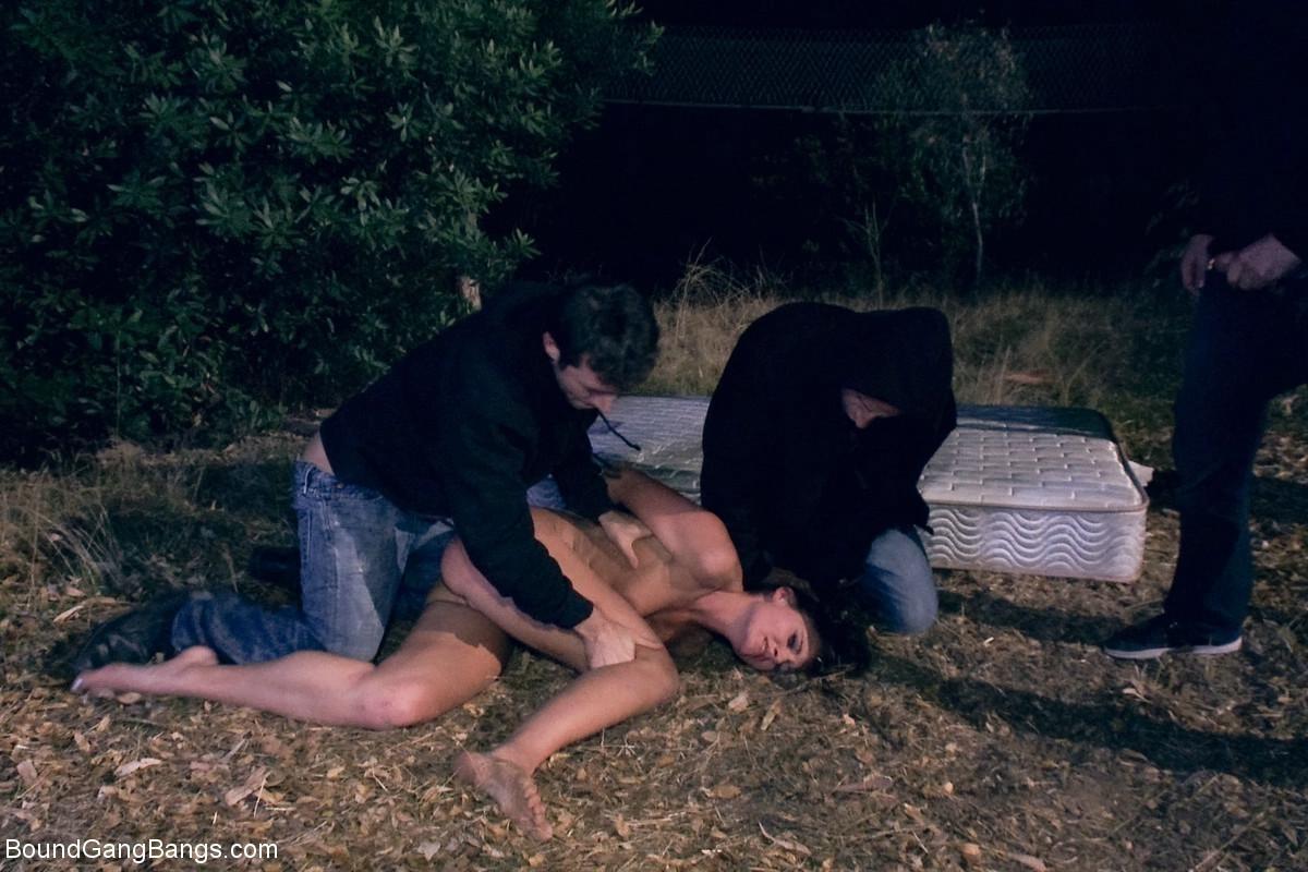 Девушку на природе ночью ебут два пьяных паренька которые рады ей