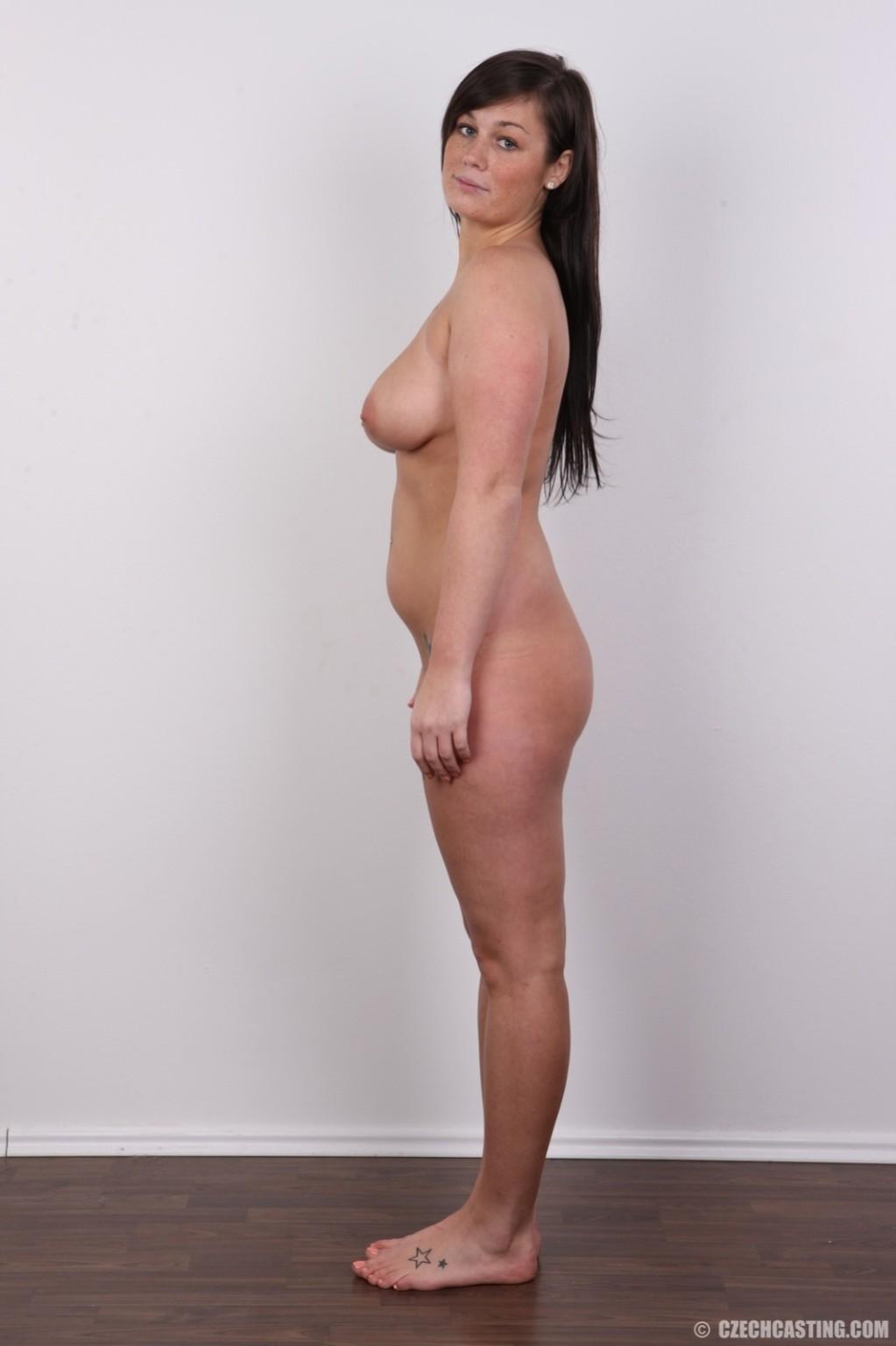 Жопастая красотка с большими сиськами показала соблазнительное тело