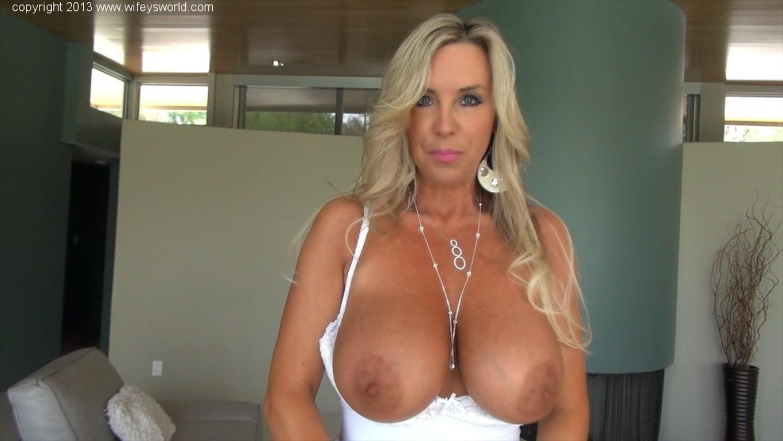Блондинка с красивыми дойками в белом белье делает качественный минет