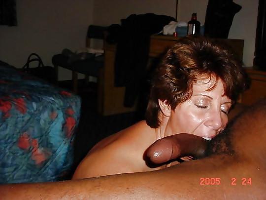 Подборка зрелые дамы раздеваются  и трахаются с накаченными парнями, они готовы на многое, чтобы испытать оргазм