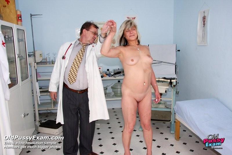 Зрелой женщине даже нравится, когда мужчина-гинеколог устраивает ей тщательный осмотр