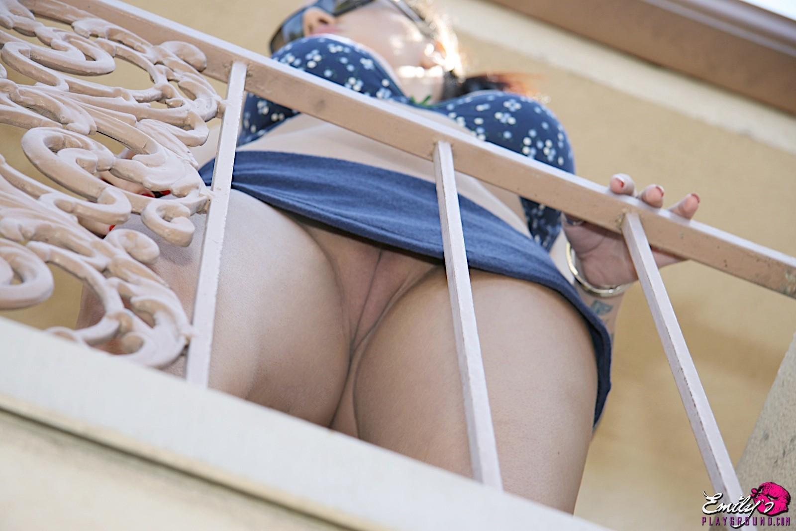 Сосет смотреть порно на балконе без трусиков раком