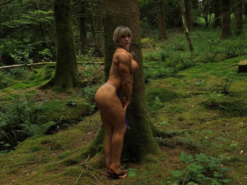 В лесной чаще можно насладиться подтянутым телом женщины, которая занимается бодибилдингом