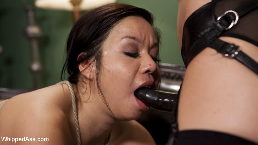 Лесбиянка Кимми Ли связала свою красивую азиатскую подругу, засунув ей в рот кляп, выебала ее как захотела