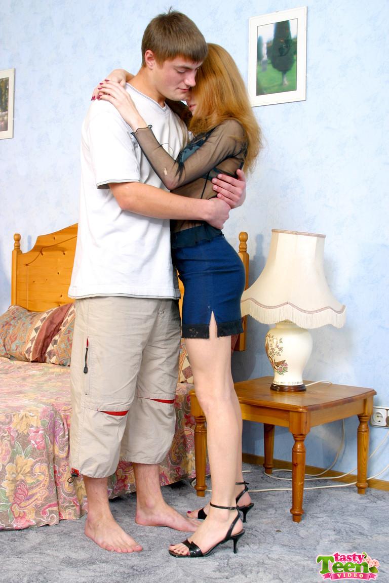 Молодой не опытный паренек болучает большое удовольствие от секса с телкой