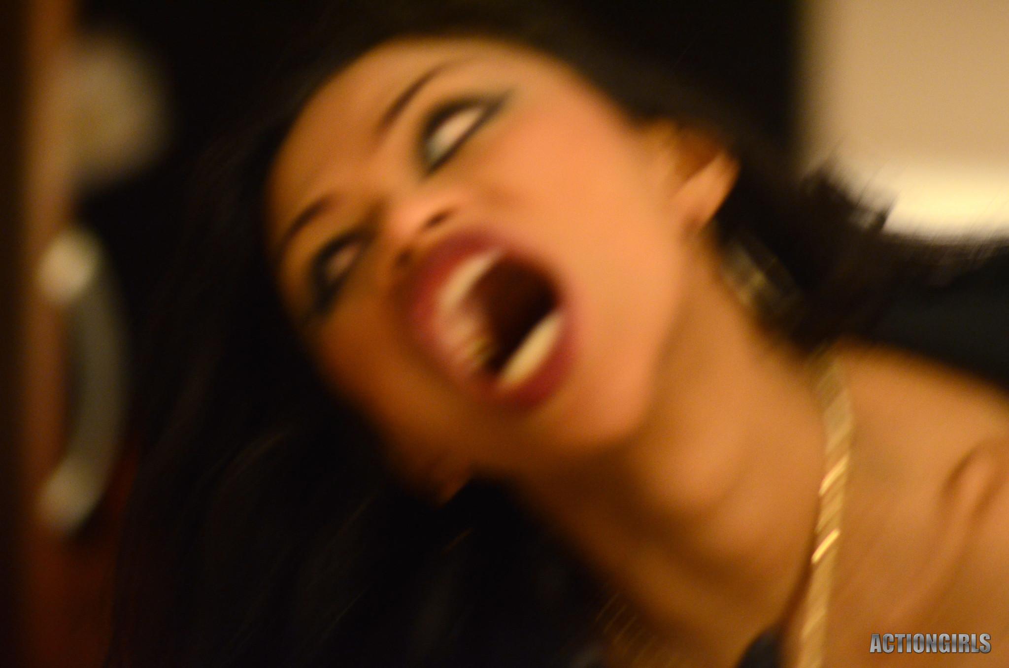 Сексуальная девушка вампир не только выпьет вашу кровь, но и наденет откровенное белье, чтобы свести с ума