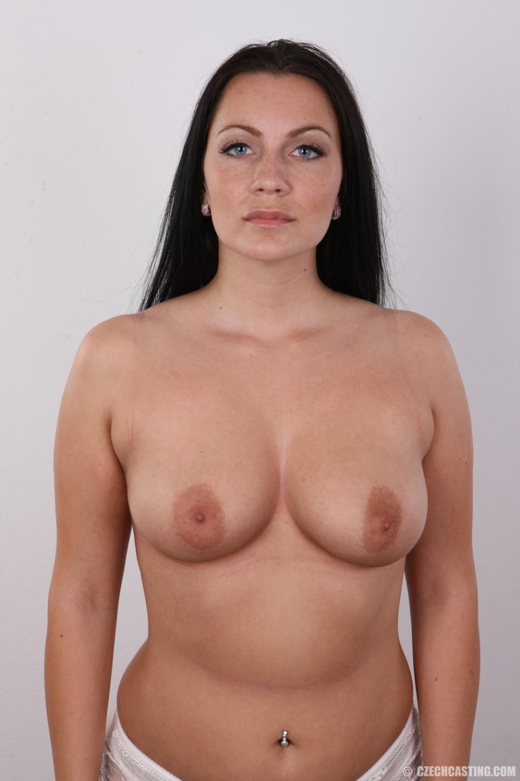 Красивая брюнетка с натуральными дойками на фото кастинге в порно бизнес
