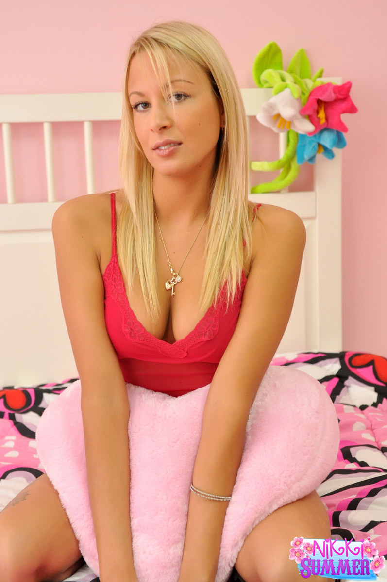 Женственная блондинка с красивой грудью засунула руку в свои трусики