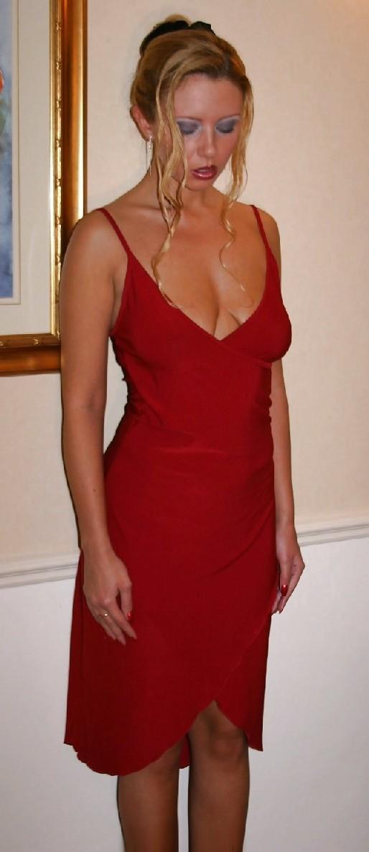 В красном платье сучка раздвигает свои длинные ножки и пизду