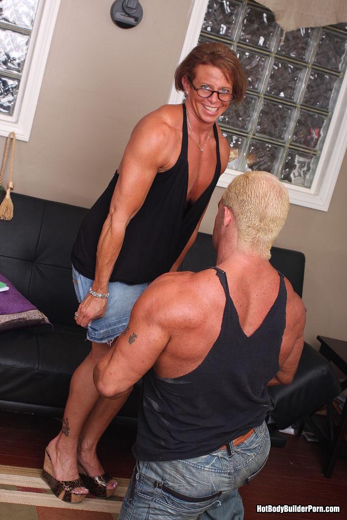 Бодидилдерша занимается бодибилдингом и показывает уроки соблазенения настоящих мужчин