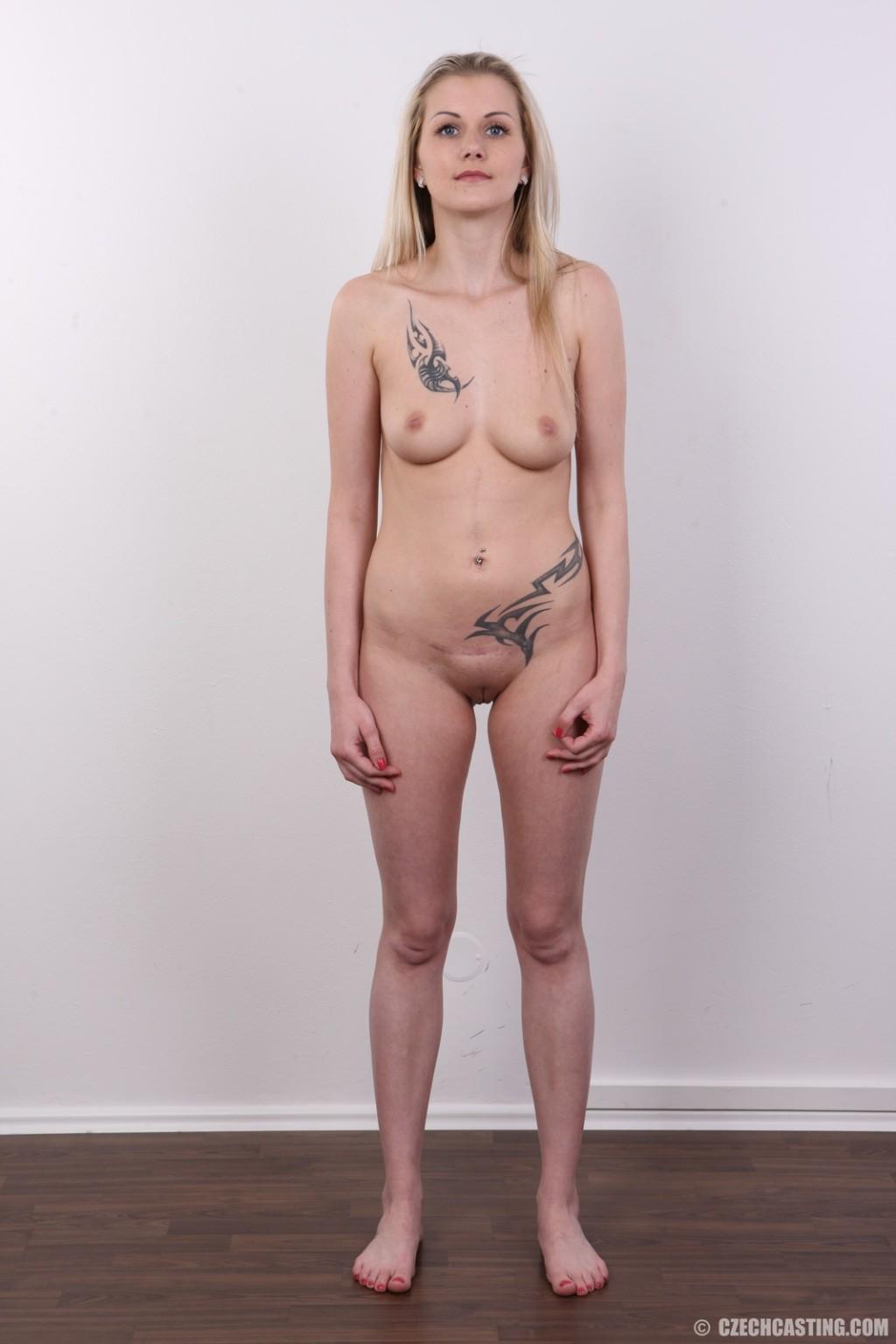Послушная блонда в татушках вертится перед камерой, как этого от нее требуют
