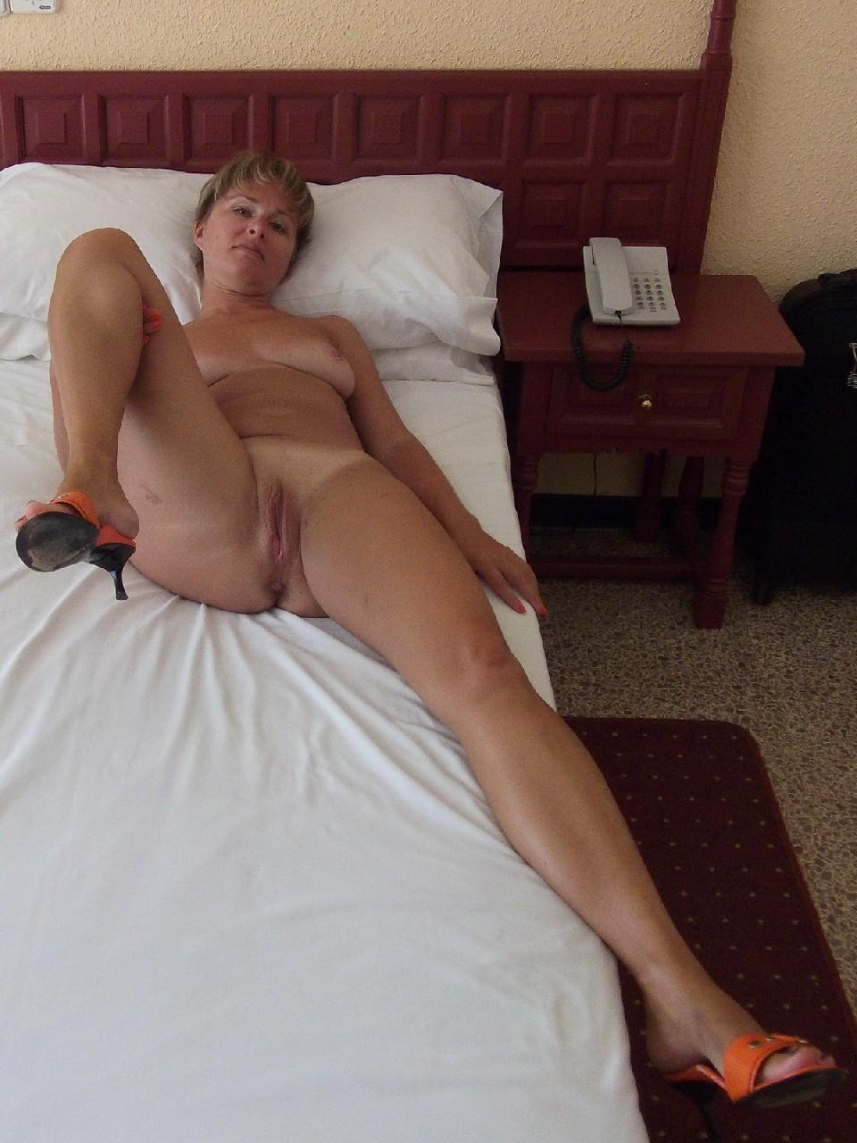 Порно с обнаженной взрослой в кровати #6