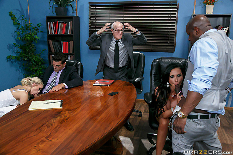 Офисные работники очень устали, поэтому шеф разрешил им вызвать двух шлюх и выебать их на работе