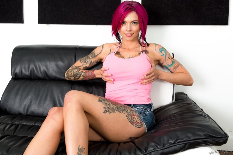 Татуированная с головы до ног Анна Белл Пикс перевозбудилась во время фото сессии и трахнулась с фотографом во все дыры