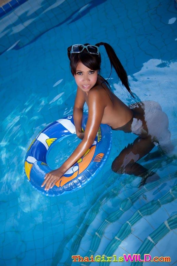 Азиатская девчонка с красивой попочкой сняла с себя купальник