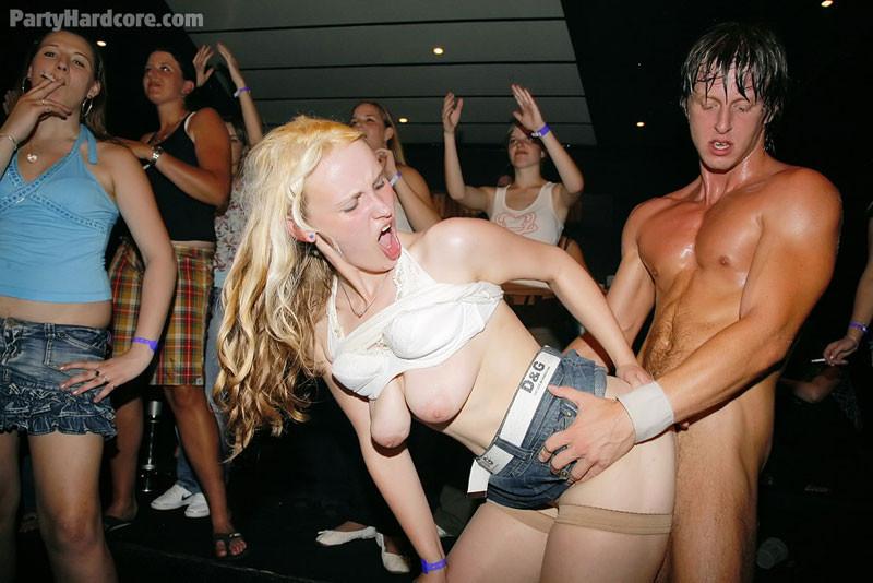 Девушки приходят в клуб, чтобы красивые стриптизеры хорошенько отодрали их во все щелочки