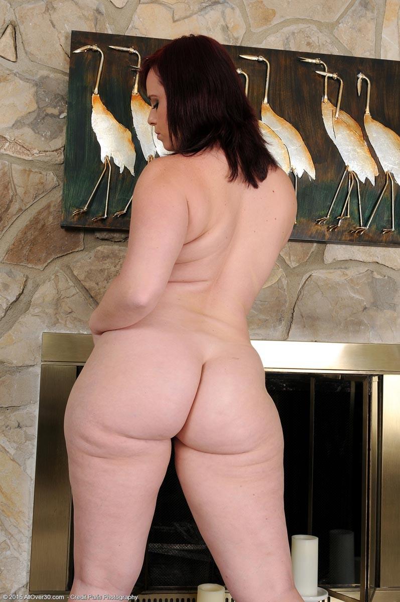 Толстушка очень хочет секса, поэтому вставляет в киску то, что попадается ей под руку