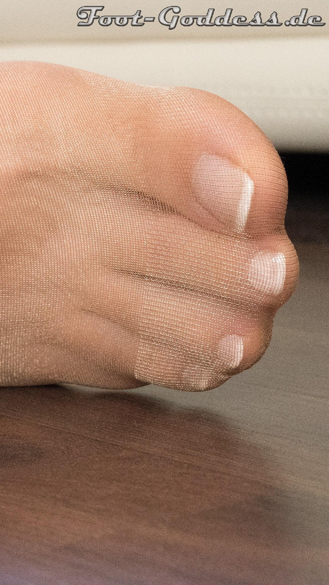 Сексуальные ножки знаменитой модели в коричневых колготках
