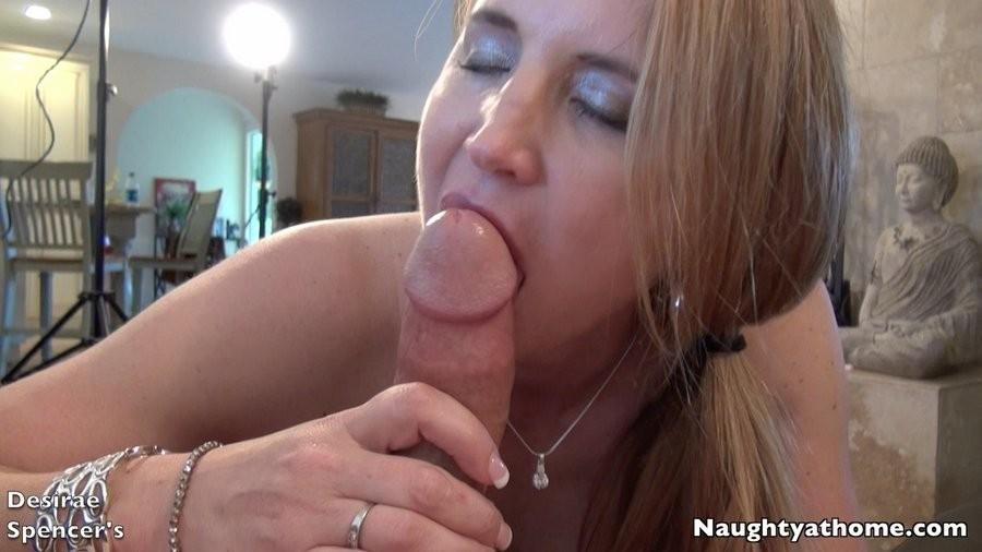 Немолодая блондинка Дезире Спенсер обожает вылизывать яйца своему муженьку и сосать его здоровенный хуй