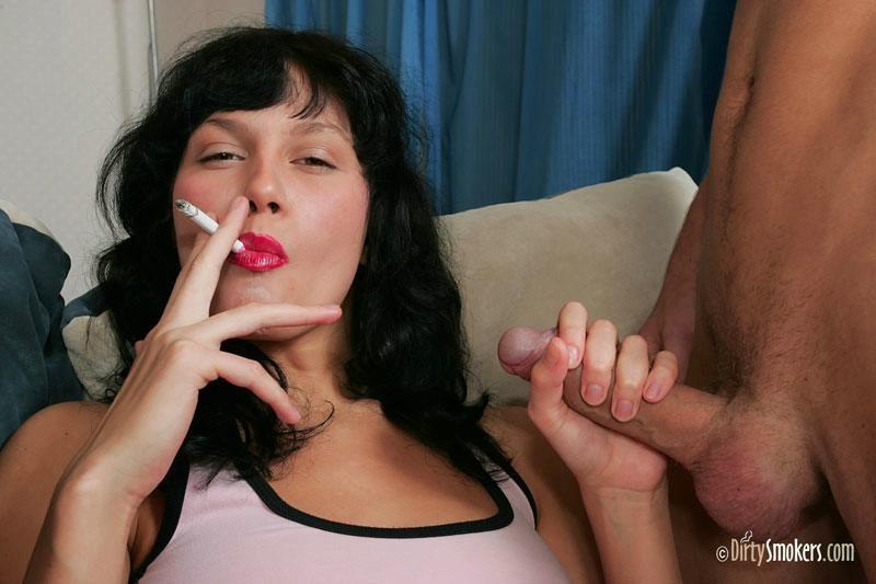 Трахает женщину а она курит