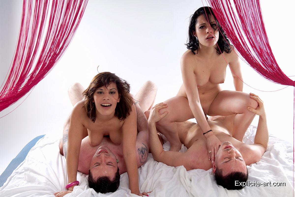 Свингеры обменялись партнерами и устроили страстную еблю на кровати