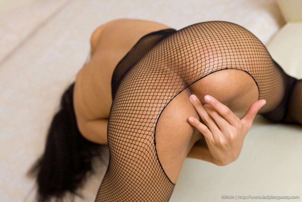 Красивая девушка мастурбирует свою скромную влажную киску