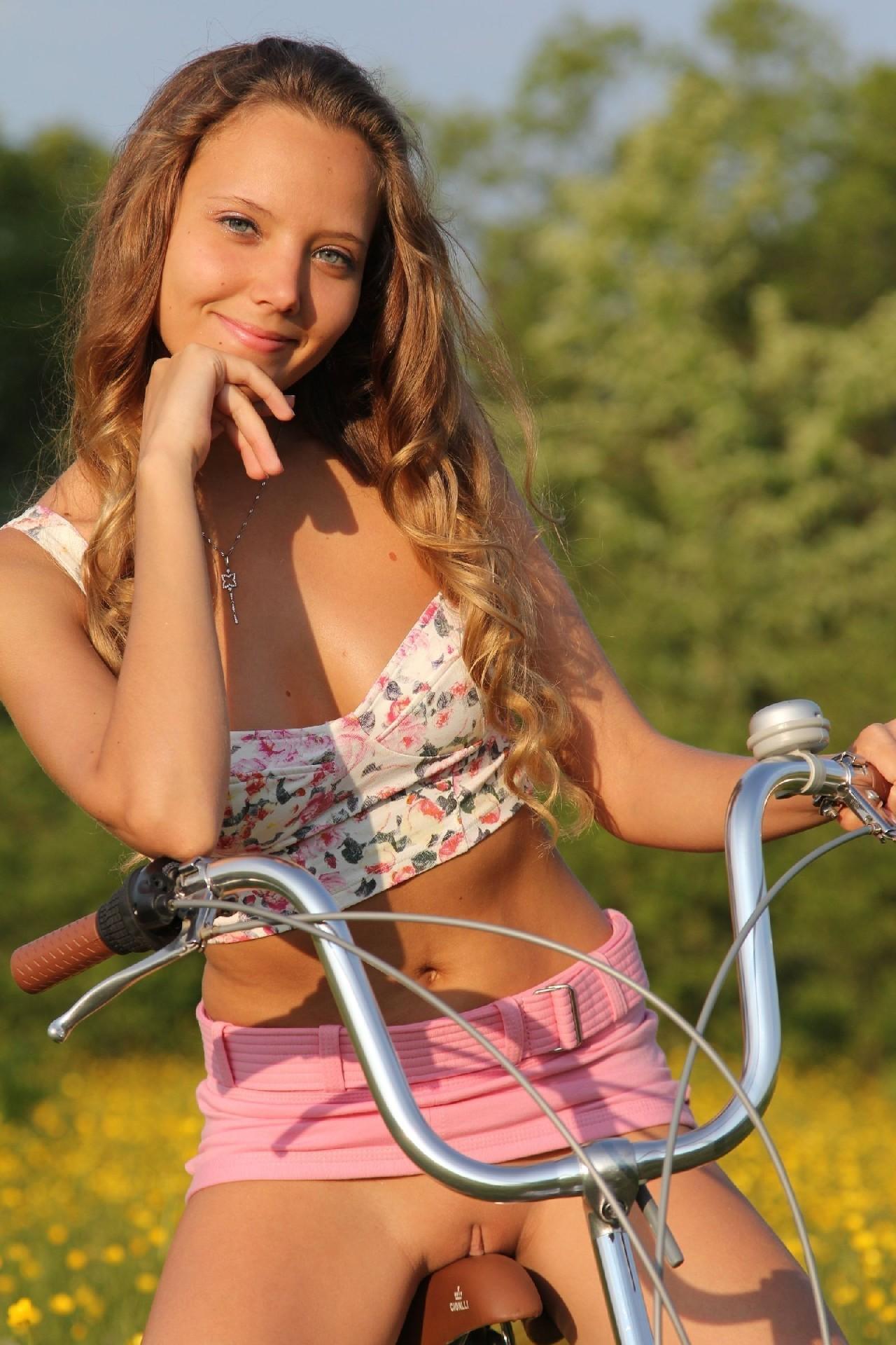Голые дувушки на велосипедах садятся голой попкой на седло