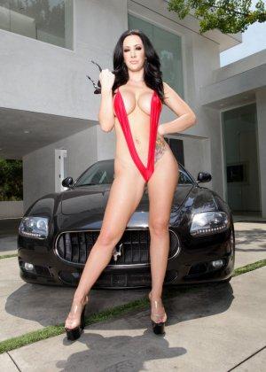 Джейден Джеймс в мини бикини эротично моет машину