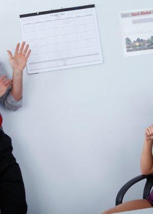 Брюнетка Rachel Starr удивила нового коллегу, трахнувшись с ним прямо на работе