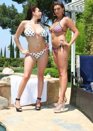 Две женщины начали заниматься сексом у бассейна, сняв купальники