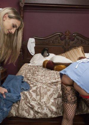 Горячие горничные занимаются уборкой, но думают лишь о том, как бы раздеть друг друга