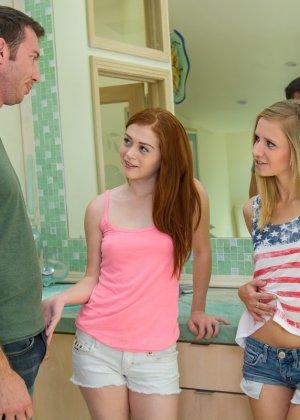 Девушкам молодым дали член секс тремя партнерами