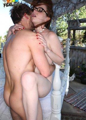 У Эммы Еванс на терассе стоит кровать для траха с любовничком