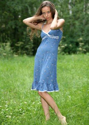 Горячая фотосессия молодой красотки, которая только дразнит собой, приподнимая платье, но не раздеваясь