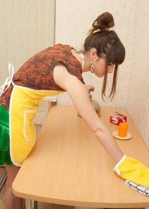Наташа Китхен так устала готовить, что решила немного развлечься, сняв с себя всю одежду