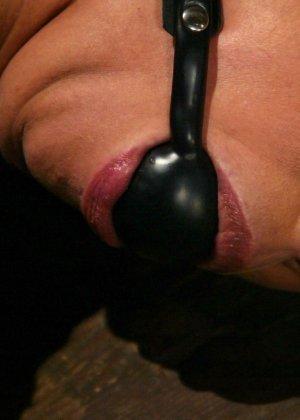 Марк Девис связывает Рейчел Старр в своем подвале, жестко шлепает ее задницу и ебет пизденку